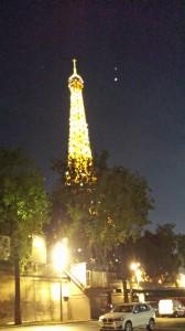Avant l'embarquement, la Tour Eiffel brille de tous ses feux